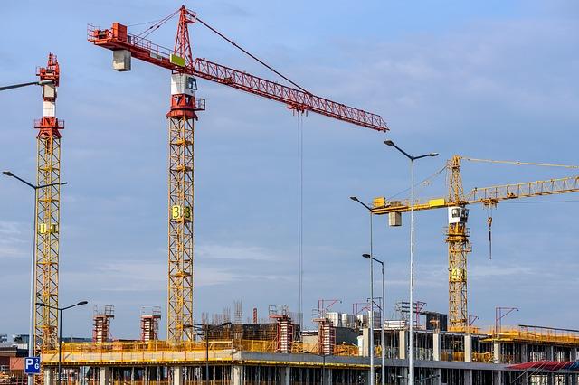 Czym różni się budynek od obiektu budowlanego?
